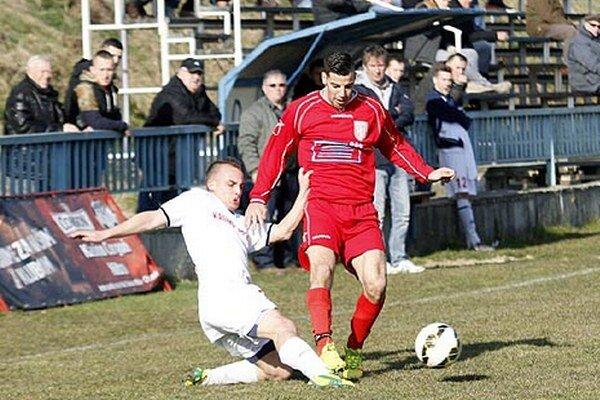 Jeden z gólov víťazov strelil Radovan Kotlár, na snímke prechádza cez domáceho Hlavaja.