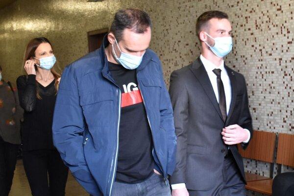 Vpravo Ján Lesniak ml., vedľa jeho otec. O chvíľu si vypočujú rozsudok.
