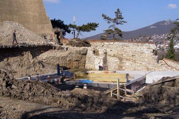 Budúci objekt služieb pre turistov na nádvorí pod hradom. Práce po zime pokračujú.