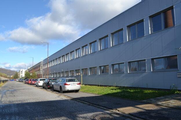 Priemyselná zóna v Hnúšti nie je mŕtva. Pôsobí tu niekoľko firiem. Dovedna zamestnávajú stovky ľudí.