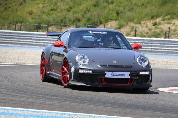 Subjektívne sme mali najväčšiu radosť z Porsche 911 GT3 RS, avšak priznávame, že malo obuté pneumatiky Pilot Super Sport s prívlastkom Cup, teda vhodné na ľahké pretekanie.