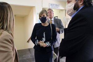 Julie Broaddusová Eatonová (uprostred), sestra zavraždenej americkej vedkyne Suzanne Eatonovej, stojí pred súdnou sieňou 13. októbra 2020 v Rethymne na gréckom ostrove Kréta.