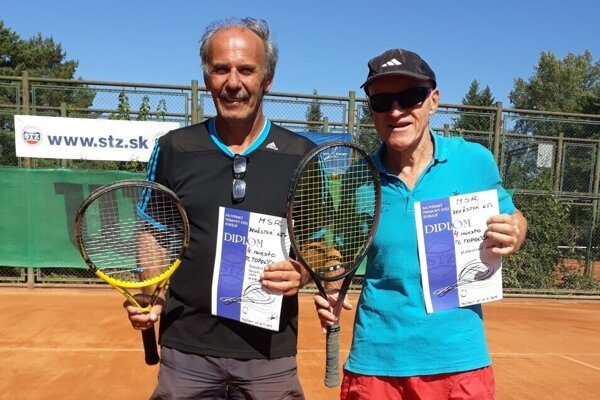 Igor Vestenický (vpravo) oslávil v júli svoje 70. narodeniny. Narodeniny oslávil i víťazstvom v Topoľčianskej tenisovej lige v kategórii 65+.