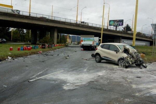 Pri nehode nákladného a osobného vozidla sa zranili tri osoby. Na ceste ostali vysypané aj tlakové nádoby.
