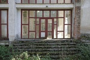 Schátraná budova v areáli niekdajších Sobraneckých kúpeľov.