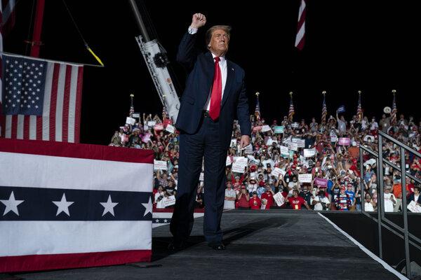 Po prekonaní koronavírusu zamieril Donald Trump rovno na míting na Floridu.