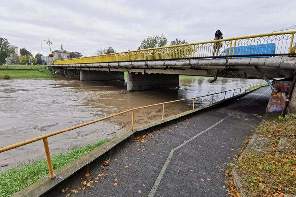 Rieka Nitra prechádza v týchto chvíľach v dôsledku tri dni trvajúceho intenzívneho dažďa do 3. stupňa povodňovej aktivity.