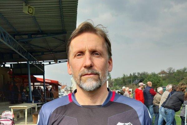 Vo veku 48 rokov Peter Vrábel stále patrí medzi najlepších stopérov v oblastných súťažiach.