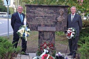 Pamätník v Necpaloch - Lengyel stojí vpravo.