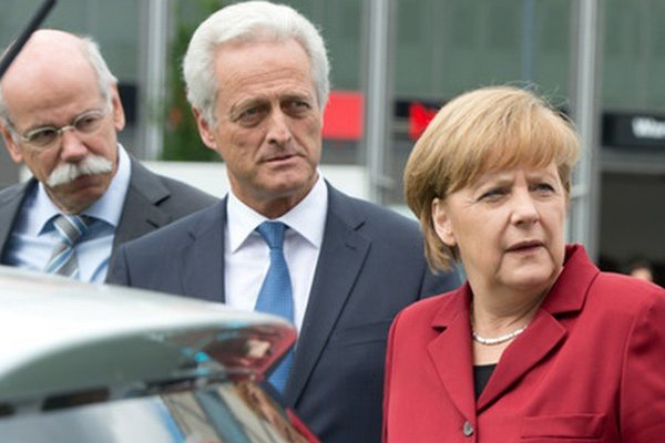 Nemecká kancelárka, minister dopravy a šéf Daimleru (vľavo).