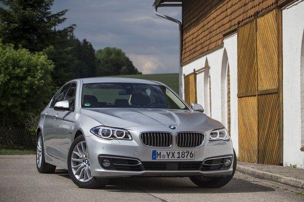 Zmeny na novej päťke vidieť hlavne pri tankovaní na čerpacej stanici. BMW sľubuje úspornejšiu jazdu.