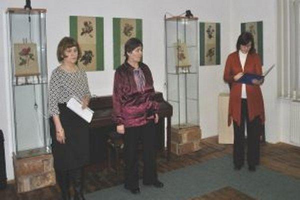 Záber z otvorenia výstavy – sprava Mária Diková, riaditeľka múzea, autorka Elena Chatrnúchová-Čajková a akademická maliarka Blanka Kästová.