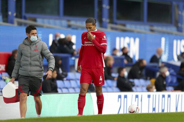 Zranený obranca Liverpoolu Virgil van Dijk.
