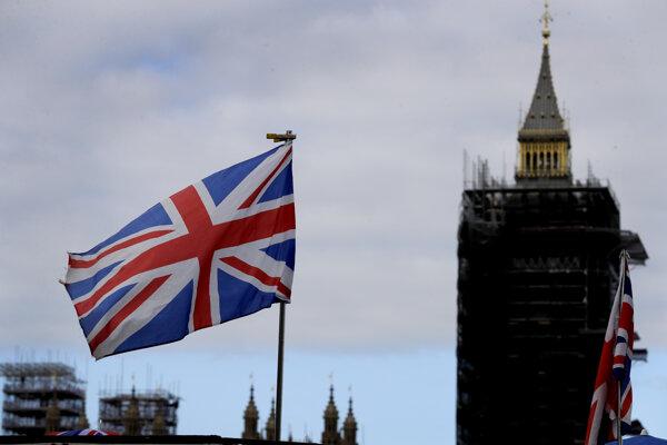 Britská vlajka veje neďaleko veže Big Benu v Londýne v piatok 16. októbra 2020.