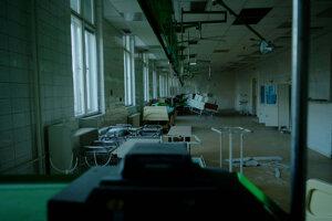 Postele bez ladu a skladu, izby bývalej úrazovky vyzerajú, že by sa do nich po upratovaní mohli vrátiť pacienti.