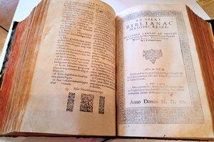 Vizsolyská biblie, inak nazývaná aj Károlyiho biblia. Je vzácna, keďže ide o prvý maďarský preklad Svätého písma z roku 1590.