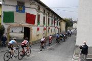 Cyklisti počas 16. etapy na Giro d'Italia 2020.