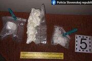 Z drog bolo možné vyrobiť viac ako tisíc dávok.
