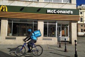 Donáškové služby vozia obedy k zákazníkom.