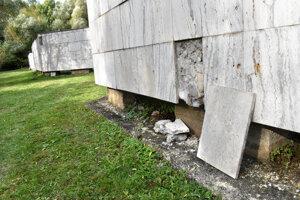 Prác je v krematóriu stále dosť, takto opadáva obloženie v urnovom háji.