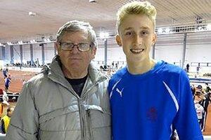 Andrej Benda z AC Stavbár Nitra (na snímke s trénerom Bezdíčkom) utvoril slovenský halový rekord starších žiakov na 150 m.