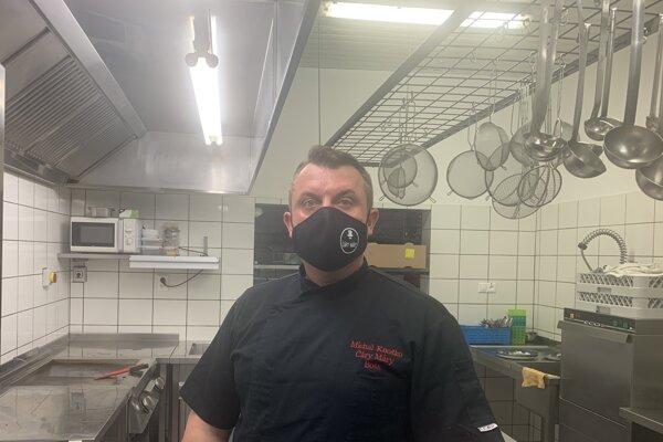 Šéfkuchár aspolumajiteľ reštaurácie Michal Knoško si nevie predstaviť robiť vživote inú prácu. Vgastre pracuje viac ako 22 rokov amiluje to.