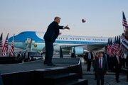 Prezident Donald Trump hádže medzi priaznivcov ochranné rúška