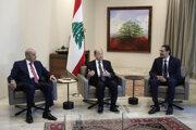 Prezident Libanonu Michel Aún (v strede) počas rozhovoru so Saadom Haririm (vpravo).
