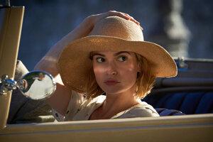 Lily James vo filme Rebecca.