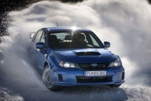 S novým sedanom si na snehu dobre zajazdí aj amatér. Modrý sedan si zachoval čaro predchodcu, hoci je ťažší, väčší a komfortnejší.