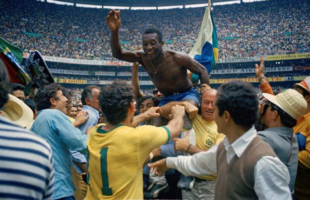 Na archívnej snímke z 21. júna 1970 brazílski futbalisti nesú svojho spoluhráča Pelého po zisku majstrovského titulu v Mexico City. Vo finále Brazília zdolala Taliansko 4:1