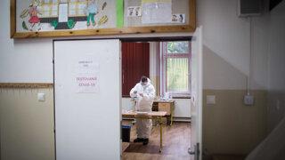 Pilotné testovanie v Trstenej už odhalilo viacero pozitívnych prípadov na Covid-19 (video)