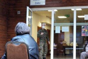 V Trstenej pred kultúrnym domom, čakanie na výsledky testovania.