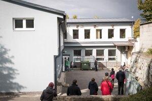 Koronavírus na Slovensku: Čakanie na testovanie v Bobrove.