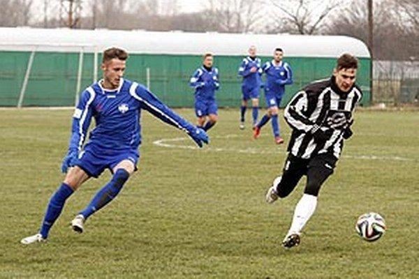 Futbalisti FC Nitra porazili Galantu 2:0. V popredí Viktor Kráľ a Ján Štajer.