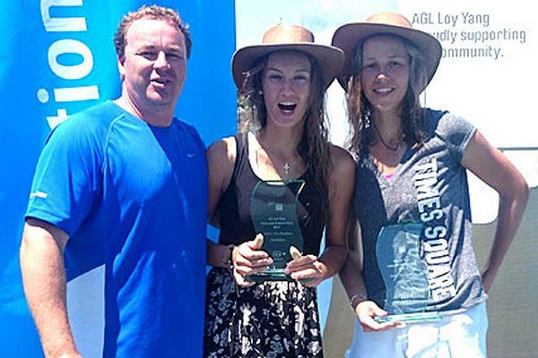 Tereza Mihalíková (v strede) a jej tréner Ján Studenič sa v austrálskom Traralgone tešili z víťazstva vo štvorhre.