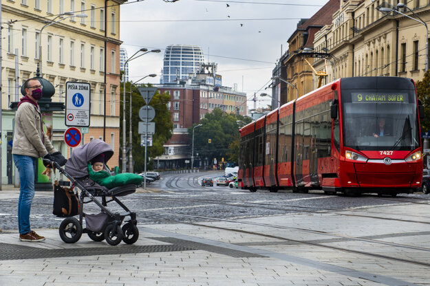 Od soboty 24.októbra až do nedele 1. novembra platí na celom Slovensku zákaz vychádzania s výnimkou ciest na testovanie, do práce, cesty na výkon podnikateľskej činnosti alebo inej obdobnej činnosti či zabezpečenia nevyhnutných potrieb, či pobytu v prírode v okrese bydliska.