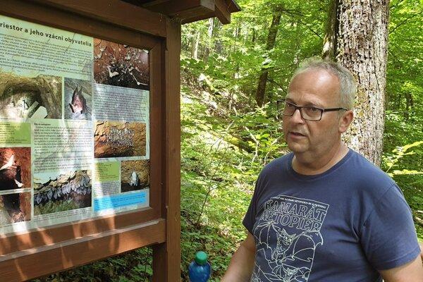 Na snímke predseda občianskeho združenia Rákošská cächa Július Pavelko pri jednom z informačných panelov Náučného chodníka malých netopierov pri dedine Rákoš v okrese Revúca