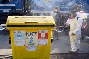 Kontajnery na odpad zbavovali nečistôt aj vírusov.