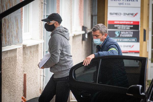Podnikateľ Zoroslav Kollár pri tom, ako ho polícia v rámci akcie Víchrica priváža na NAKA.
