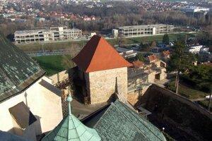Pohľad na skelety z veže hradnej katedrály.
