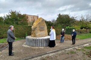 Dulovčania postavili pamätník Behu okolo Dulova. Druhý sprava Anton Dobrodenka.