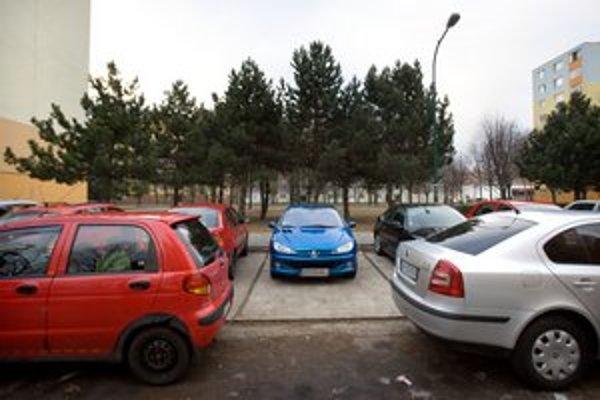 Petržalka má problémy s parkovaním. Sľubuje stavbu parkovacích domov.