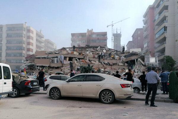 Zrútená budova v Izmire na západnom pobreží Turecka.