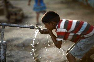 Obyvatelia rómskych osád nemajú dostatok pitnej vody.