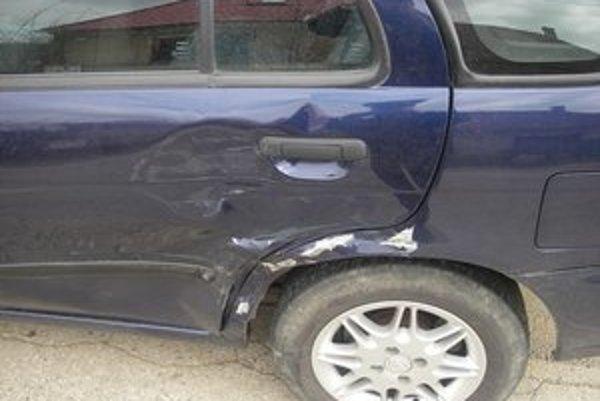 Vozidlo, do ktorého zacúvala opitá žena.