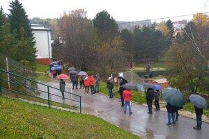 Približne stometrový rad je aj pred 7. ZŠ na sídlisku Hliny v Považskej Bystrici. Rad 100 metrov