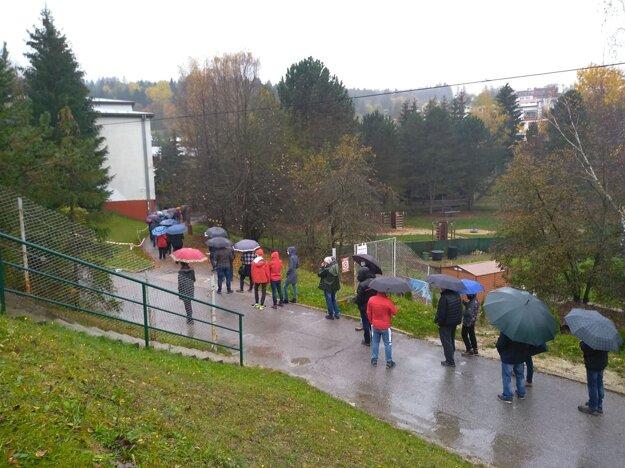 Približne stometrový rad je aj pred 7. ZŠ na sídlisku Hliny v Považskej Bystrici.Rad 100 metrov