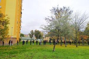 Niekoľko sto metrov dlhý rad je aj pri ZŠ Hradná v Nových Zámkoch