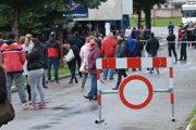 V Topoľčanoch sa od rána tvoria dlhé rady najmä pri futbalovom štadióne.